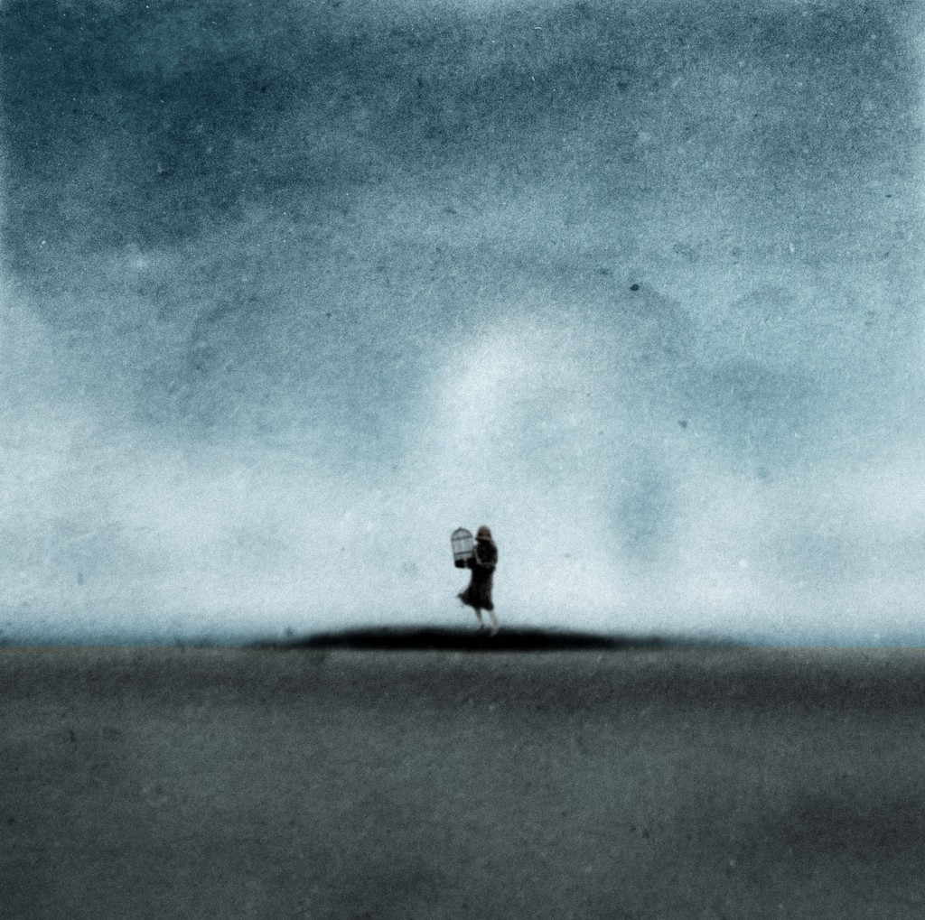 Nainen ja tyhjä lintuhäkki